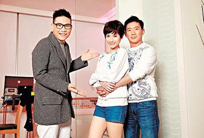 苏永康(左)笑杜汶泽(右)这次拍MV好艳福