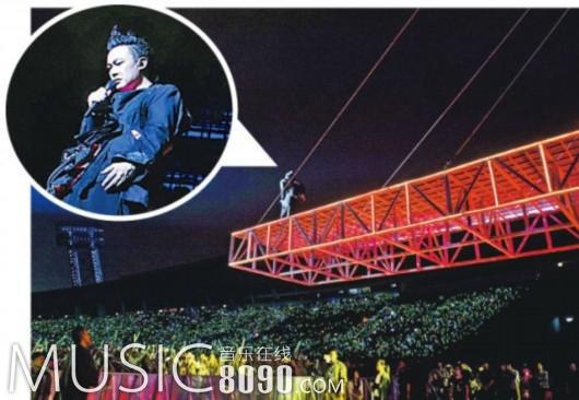 陈奕迅站在吊架台上,压轴献唱《浮夸》,令全场歌迷兴奋不已。