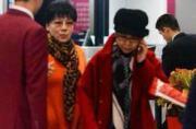 董文华与姐姐现身机场 姐妹花一身红