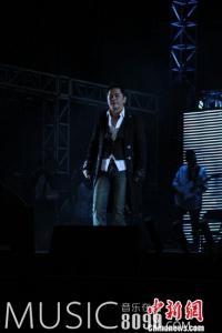 王杰5万人体育场开唱 与歌迷不舍泪别[图]
