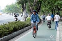 王力宏骑自行车逛公园 路人淡定无人围观[图]