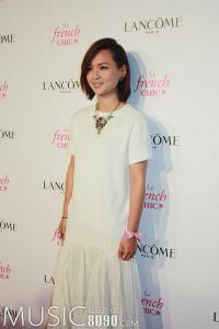 周笔畅代言彩妆白色长裙优雅亮相 晋身新女神