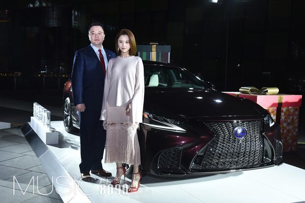 3-LEXUS雷克萨斯中国市场推广部部长陈忱、演员张慧雯与全新LS合影