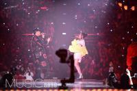 VaVa江苏跨年 与潘玮柏合唱开场展现活力嘻哈