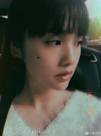 杨丞琳出门打卡晒自拍 侧颜精致脸边美人痣超抢镜
