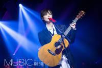 李宇春首唱会流苏造型秀长腿 手抱吉他深情演唱魅力十足